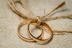 guldcirklar två som gifta sig Royaltyfri Fotografi