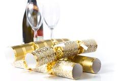 Guldjulsmällare med champagne & exponeringsglas Royaltyfri Fotografi