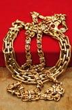 Guldjuvlar över rött royaltyfri foto