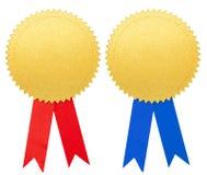 Guldpappersskyddsremsa eller medalj med blåa och röda den isolerade pilbågeuppsättningen royaltyfria foton
