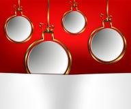 Guldpläterade julbollar på en röd bakgrund royaltyfri illustrationer