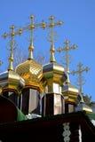 Guldpläterade kupoler med kors av träryska ortodoxa Christian Church av St Nicholas i den Ganina Yama kloster Royaltyfria Bilder