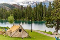 Guldruschboendetält med berget och sjön fotografering för bildbyråer