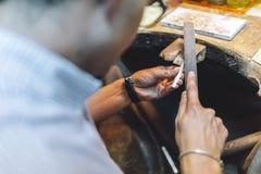 Guldsmed som tillverkar juvlar Royaltyfria Foton