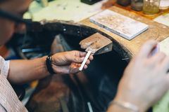 Guldsmed som tillverkar juvlar Arkivfoton