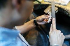 Guldsmed som tillverkar juvlar Fotografering för Bildbyråer