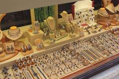 Guldsmeden shoppar fönstret Fotografering för Bildbyråer