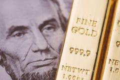 Guldtacka, guld eller tacka på US dollarsedel genom att använda som rikedom, investering och säker tillflyktsort på finanskris royaltyfri bild