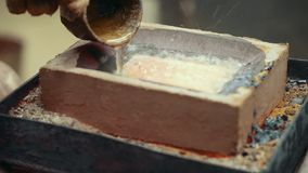 Guldtacka som bryter den varma fabriken lager videofilmer