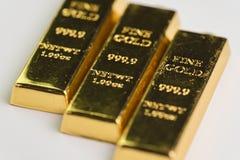 Guldtackatacka för guld- stång, selektiv fokus, säker tillflyktsort för kris för arkivfoton