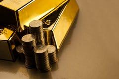 Guldtegelstenar och mynt Fotografering för Bildbyråer