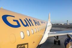 Gulf Air samolot przy Katarskim lotniskiem międzynarodowym Zdjęcie Royalty Free