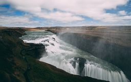 Gulfoss瀑布在有光滑的水很长时间曝光的冰岛 免版税库存图片