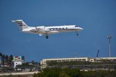 Gulfstream着陆在阿鲁巴的机场 免版税库存图片