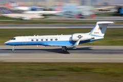 Gulfstream Luftfahrt-C-37A von der US-Luftwaffe entfernend an internationalem Flughafen Ataturk stockfoto