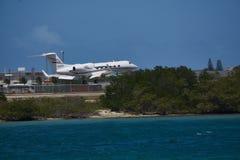 Gulfstream som tar av från Aruba flygplats arkivfoton