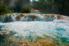 Gulgotać turkus wodę w siklawy Agua Azul, Chiapas, Palenque, Meksyk Zdjęcie Stock
