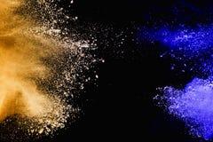 Guling-blått pulver att explodera molnet på svart bakgrund royaltyfri foto