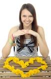 Guling blommar maskrosor i form av hjärta. En tonårs- flicka 16 Arkivfoto