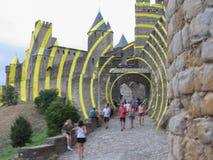 Guling cirklar samtida konst av Felice Varini i Carcassonne royaltyfri bild