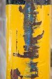 Guling målad stolpe med textur för medelskadeabstrakt begrepp fotografering för bildbyråer