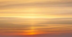 Guling och orange dramatisk solnedgång Arkivfoton