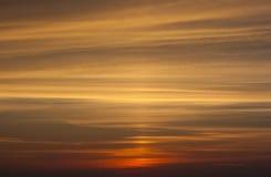 Guling och orange dramatisk solnedgånghimmel Arkivfoto