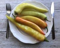 Guling och orange kryddiga chilipeppar fotografering för bildbyråer
