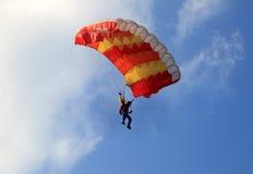 Guling och rött seglar hoppa fallskärm Royaltyfri Bild