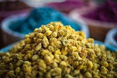 Guling torkade blommor på en marknad i Marrakech, Marocko Royaltyfri Bild