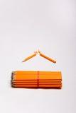 Gulingblyertspennor och en bruten blyertspenna Arkivfoton