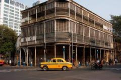 Gulingen taxar caben vänder på vägen av den gammala asiatiska metropolisen Royaltyfri Bild