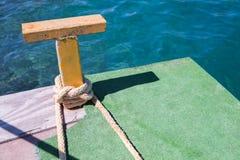 Gulingstålpollare med det nautiska repet royaltyfria bilder