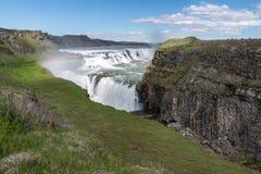 Gullfoss (guld- nedgångar) vattenfall och regnbåge i Island Arkivbilder