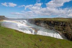 Gullfoss (guld- nedgångar) vattenfall och regnbåge i Island Royaltyfria Bilder