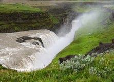Gullfoss, najwięcej spektakularnego waterall, dwa kaskady na Hvita Rzecznym bębnowaniu w głębokiego wąwóz zdjęcie stock
