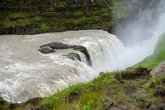 Gullfoss, najwięcej spektakularnego waterall, dwa kaskady na Hvita Rzecznym bębnowaniu w głębokiego wąwóz obraz stock