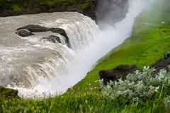 Gullfoss, najwięcej spektakularnego waterall, dwa kaskady na Hvita Rzecznym bębnowaniu w głębokiego wąwóz fotografia stock