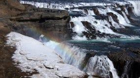Gullfoss-Teil des eisigen Wasserfalls und des Regenbogens Stockfotos