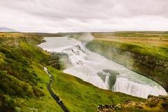 Gullfoss vattenfall i populär turist- rutt för guld- cirkel i kanjonen av den HvÃtà ¡ floden i sydvästliga Island Arkivfoto