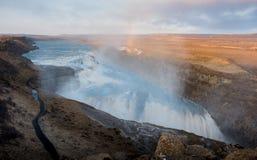 Gullfoss-Wasserfall in Island-Sonnenuntergang mit Regenbogen Stockfotografie