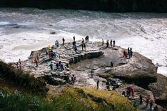 Gullfoss-Wasserfall mit Leuten auf Felsen in Island Lizenzfreie Stockbilder