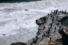 Gullfosswaterval met mensen op rotsen in IJsland Royalty-vrije Stock Afbeeldingen