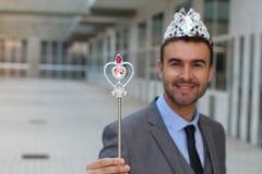 Gullig affärsman som bär en prinsessakrona arkivfoto