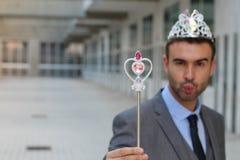 Gullig affärsman som bär en prinsessakrona royaltyfri bild