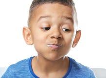 Gullig afrikansk amerikanpojke som äter yoghurt arkivbild