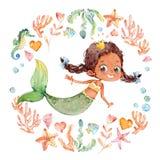 Gullig afrikansk amerikanvattenfärgsjöjungfru som omges av ramen av havsbeståndsdelar, havshäst, koraller, bubblor, snäckskal vektor illustrationer