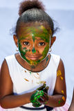 Gullig afrikansk flicka på målningperioden Royaltyfri Fotografi