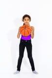 Gullig aktiv amerikansk flicka med basketbollen Arkivfoto
