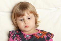 Gullig allvarlig Caucasian liten flickastående arkivbild
